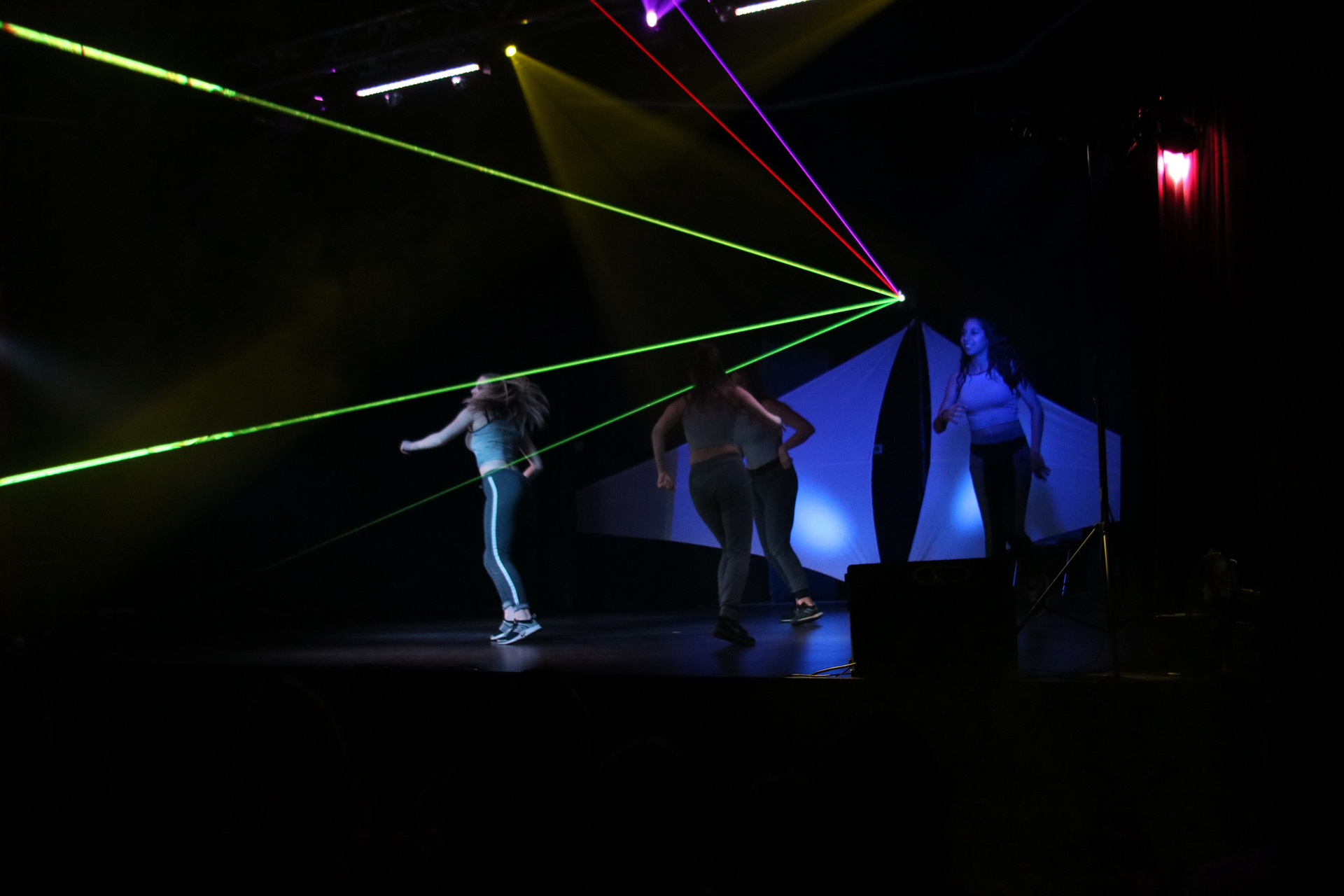 Laser RGB effet point (beams) pendant un show